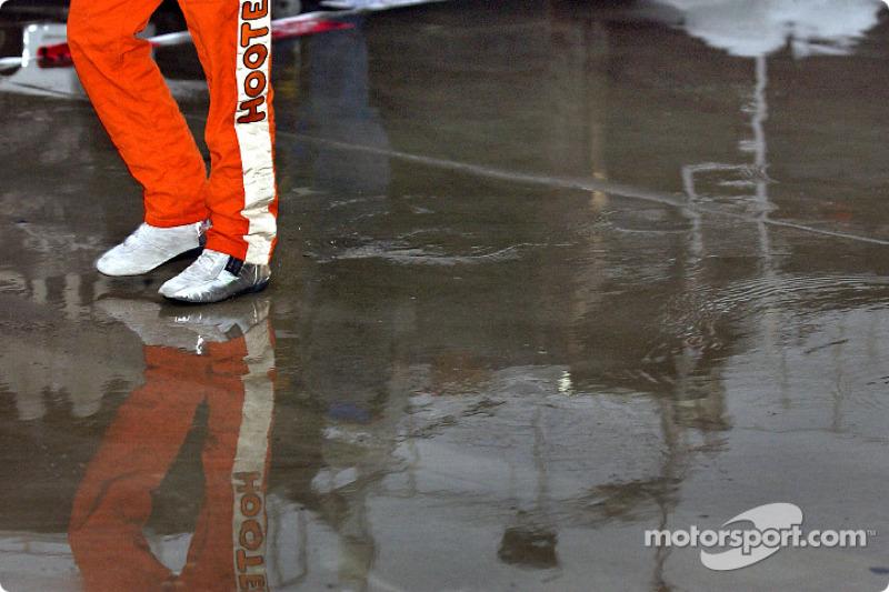 Brett Bodine salpica en su camino al garage en un retraso por lluvia