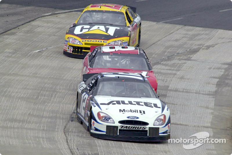 Acción reñida durante la hora feliz: Ryan Newman delante de Dale Earnhardt Jr.