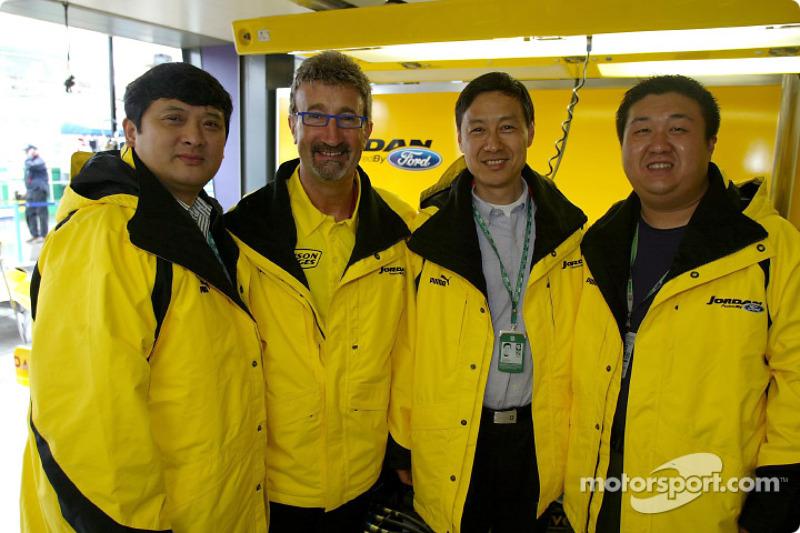 VIPs for Shangai Circuit visit Jordan pit: Yu Zhifei, Eddie Jordan, Zhang Xing and Leo Liu