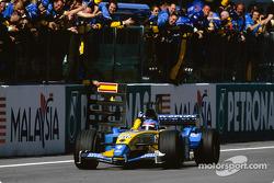 Фернандо Алонсо пересекает финишную черту третьим