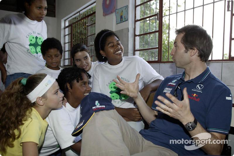 Team Sauber visits the children of the Casa de Menor: Heinz-Harald Frentzen