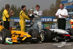 Giancarlo Fisichella reçoit le trophée du vainqueur des mains de Kimi Räikkönen
