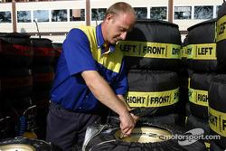 Miembro de la tripulación de Michelin prepara neumáticos