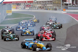 Arrancada: Fernando Alonso al frente del grupo