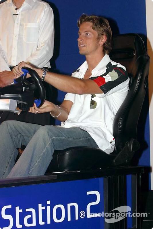 Jenson Button teste la PlayStation 2