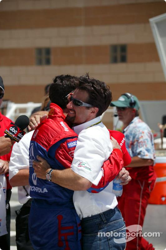 Ligne d'arrivée: le vainqueur Bryan Herta et Michael Andretti