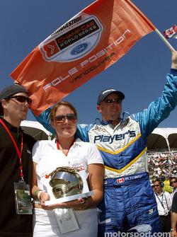 Paul Tracy reçoit le Greg Moore Pole Award par James et Annie Moore, le frère et la soeur de Greg