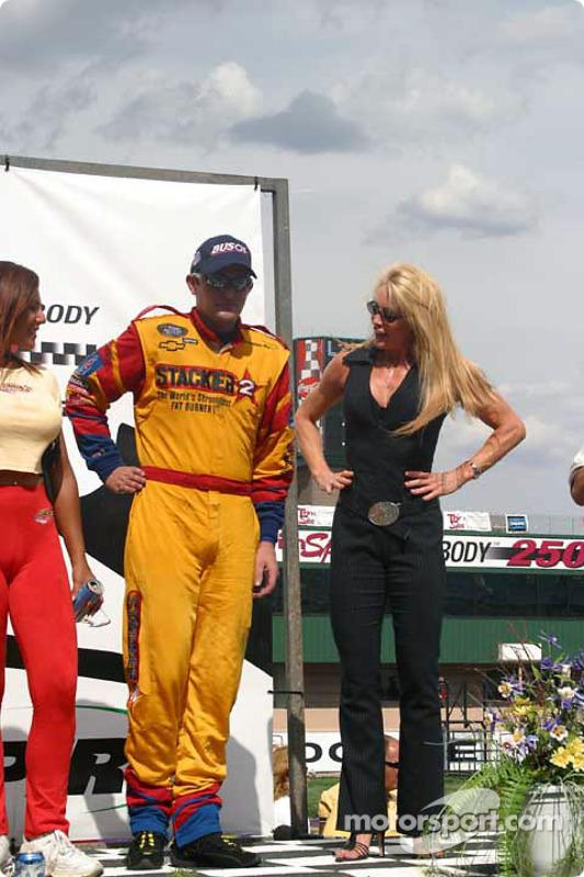 Ligne d'arrivée: le vainqueur Scott Wimmer célèbre sa victoire