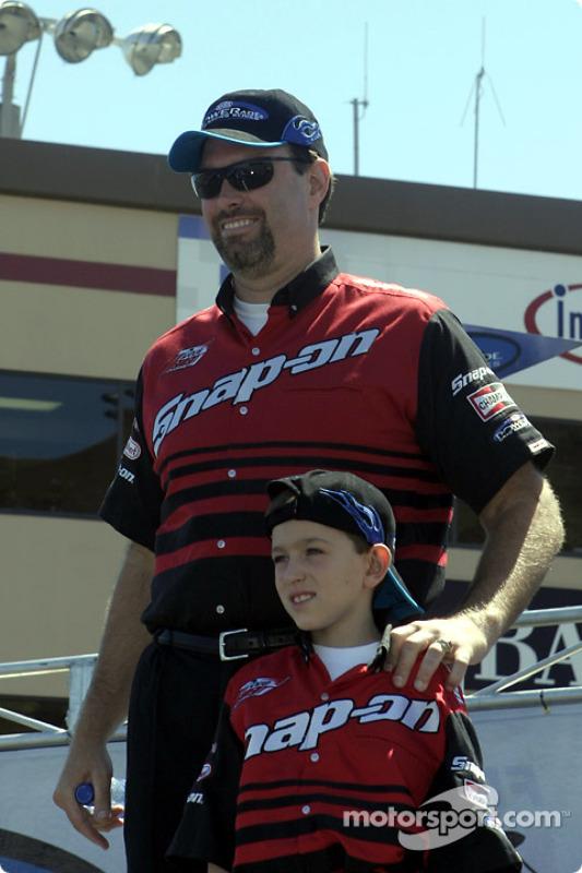 Le pilote Top Fuel Doug Herbert avec un de ses fils