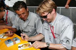 Autograph session: Jean Alesi and Christijan Albers has fun with Laurent Aiello's card