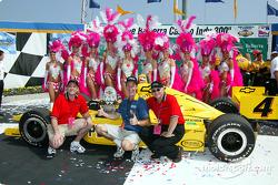 Des jeunes femmes du Belterra Casino avec la voiture qui a remporté la course