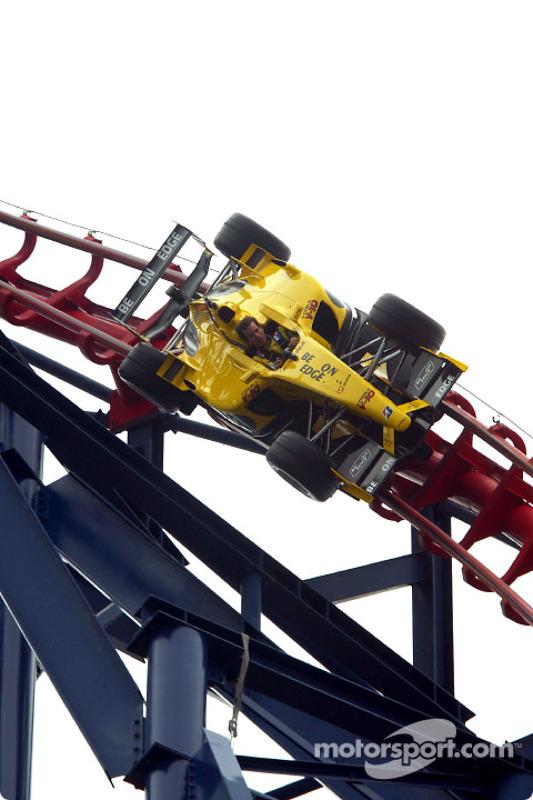 Ralph Firman reçoit sa dose d'adrénaline dans une Jordan-Ford EJ13 sur les montagnes russes Big One à Blackpool Pleasure Beach