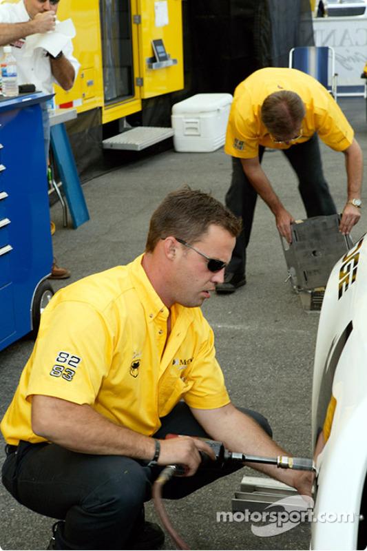 Les mécaniciens du McCann Racing travaillent dur