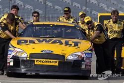 Les mécaniciens de Matt Kenseth poussent la voiture