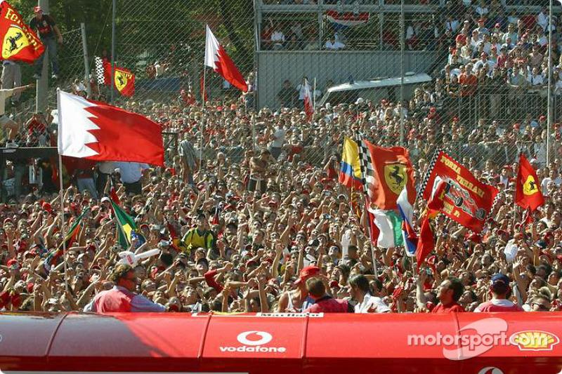 Ganador de la carrera Michael Schumacher y los Tifosi en el podio