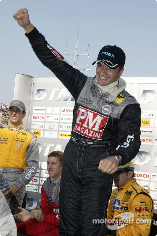 Timo Scheider célèbre la pole position
