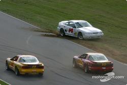La #14 Frederick Motorsports Mustang Cobra R de Greg Camp et d'Andrew Kopperl part en tête-à-queue