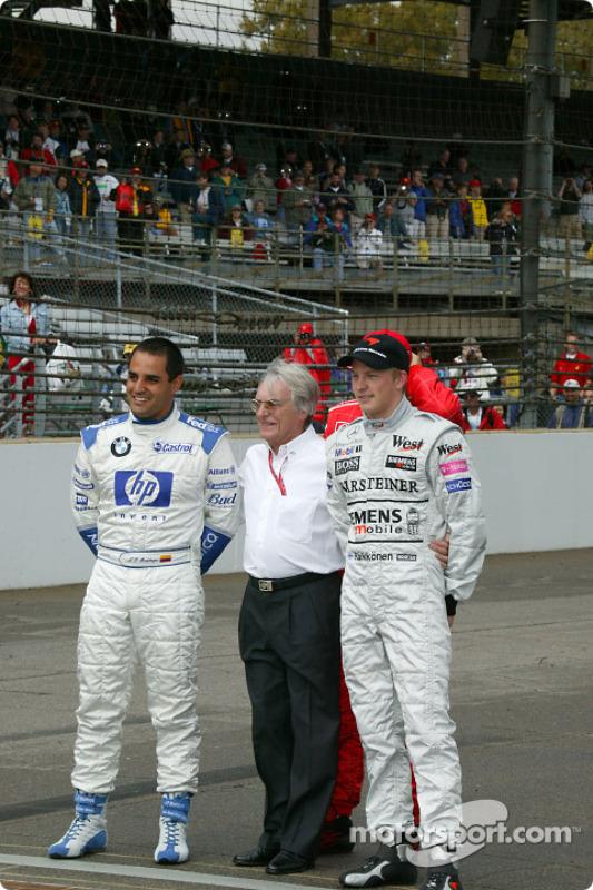 Bernie Ecclestone pose avec Juan Pablo Montoya, Michael Schumacher et Kimi Räikkönen