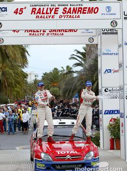 Daniel Elena et Sébastien Loeb, vainqueurs du rallye, sur le podium