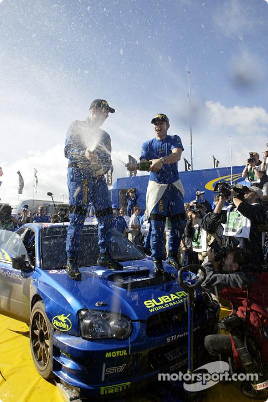 Petter Solberg et Phil Mills célèbrent leur victoire