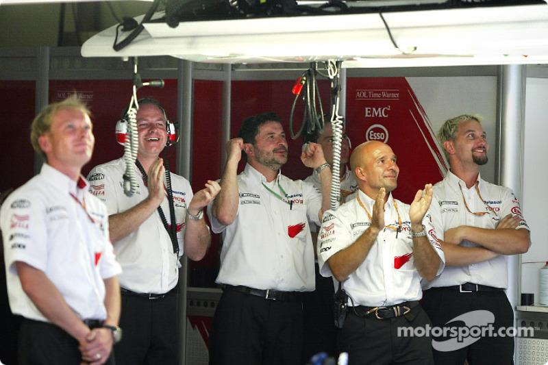 Los miembros del equipo Toyota celebran vuelta clasificatoria de Cristiano da Matta