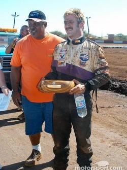 Jerry Apana, propriétaire du Hawaii Motor Speedway, donne à Rick Ziehl le trophée de la deuxième place