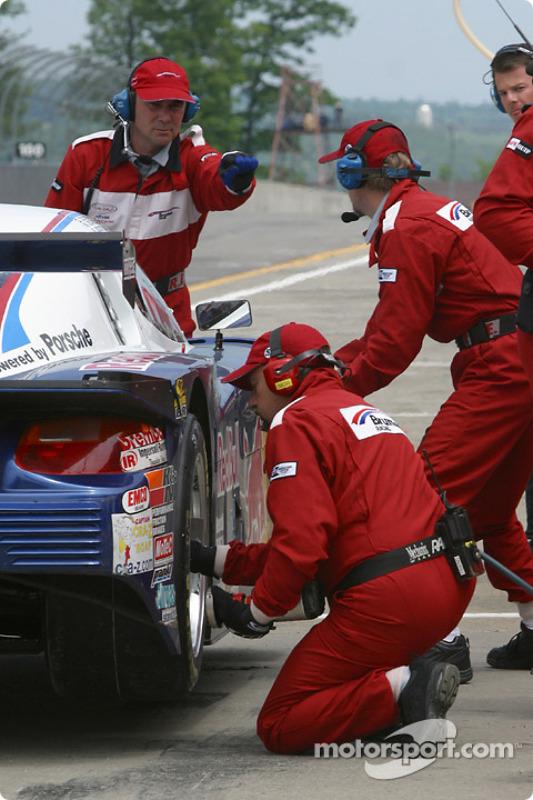 Arrêt aux stands pour la Porsche Fabcar n°58 de l'équipe Brumos Racing, pilotée par David Donohue, Mike Borkowski et Scott Goodyear