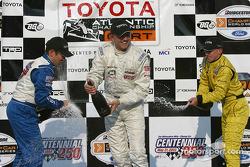 Sur le podium : Champagne pour Ryan Dalziel, Kyle Krisiloff et A.J. Allmendinger