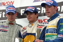 Sur le podium : Le vainqueur Nelson A. Piquet avec Jamie Green et Michael Keohane