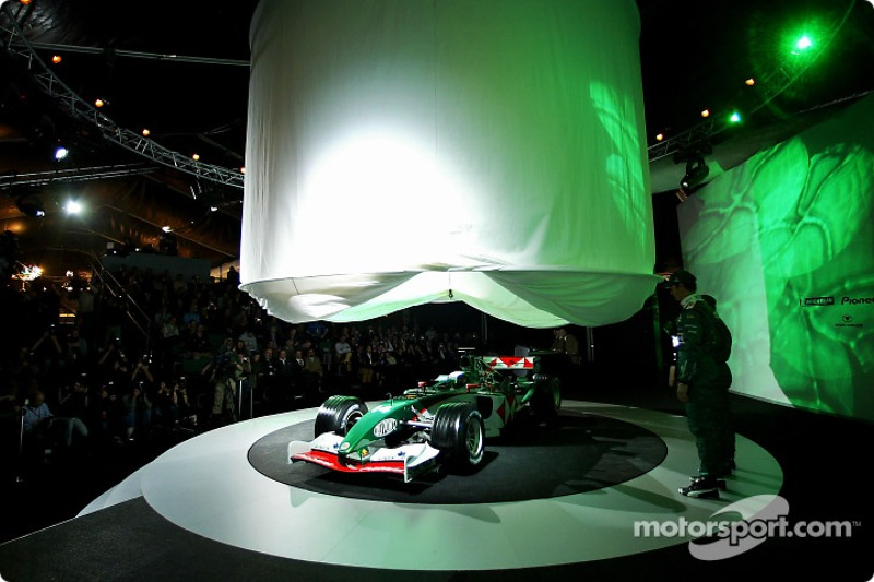 Mark Webber ve Christian Klien watch as yeni Jaguar R5 is being unveiled