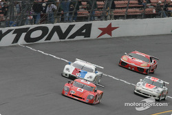La Chevrolet Crawford n°09 du Spirit of Daytona Racing (Doug Goad, Stéphan Gregoire, Robby Gordon, Milka Duno) et la Porsche Fabcar n°59 du Brumos Racing (Hurley Haywood, J.C. France, Scott Sharp, Scott Goodyear)