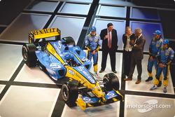 Jarno Trulli, Patrick Faure, Flavio Briatore, Franck Montagny and Fernando Alonso with the new Renault R24