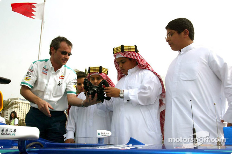 Sauber takım elemanı demonstrates direksiyon to fans