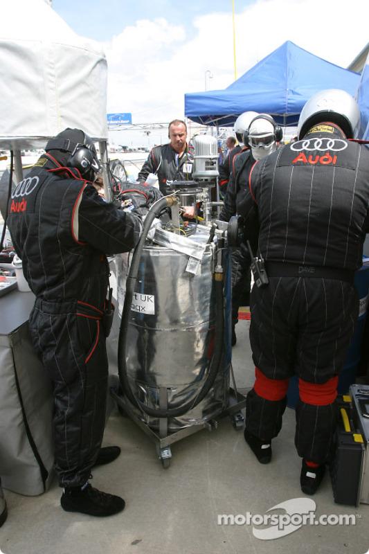 Les mécaniciens Audi Sport UK Team Veloqx se préparent pour le prochain arrêt