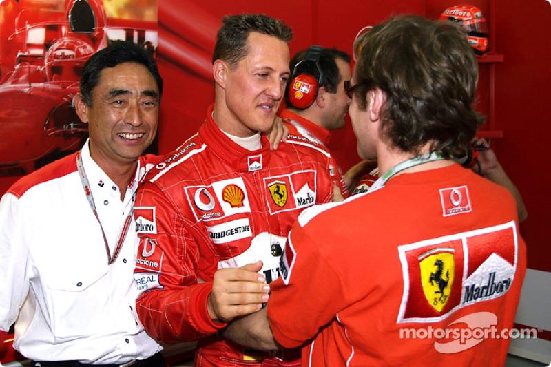 Michael Schumacher celebra su pole position con Luca Badoer