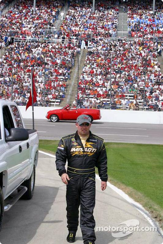 Todd Bodine marche jusqu'à la grille de départ