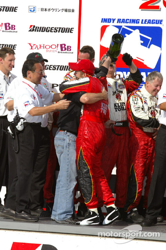 Dan Wheldon fête la victoire avec Michael Andretti