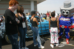 American Idols try their hand at a pitstop