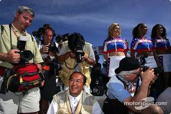 Fotógrafos en el trabajo durante la ceremonia previa a la carrera