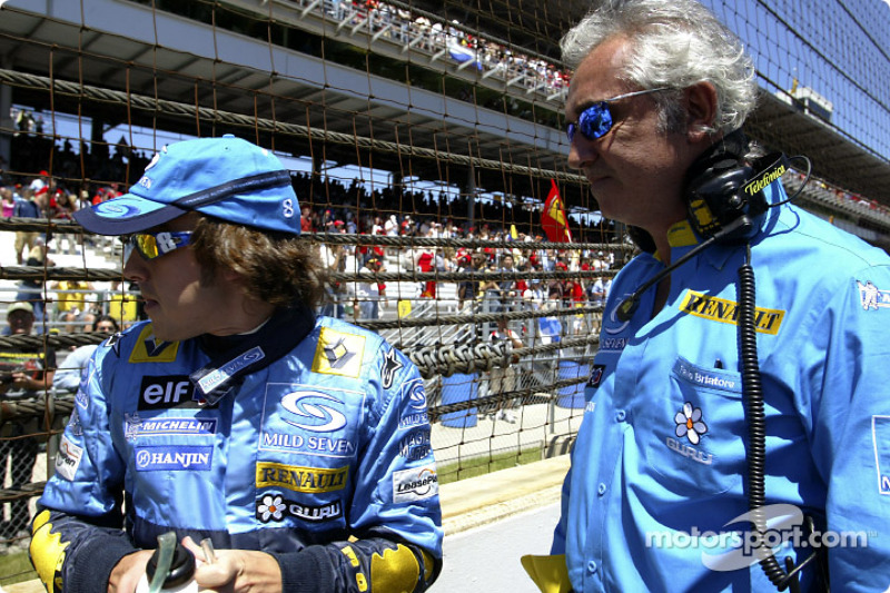 Fernando Alonso y Flavio Briatore en la parrilla de salida