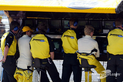 Giorgio Pantano and Nick Heidfeld at Jordan pitwall