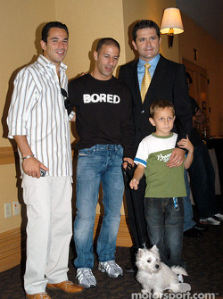 Helio Castroneves, Tony Kanaan et son chien Lucky, Gil et Luke De Ferran