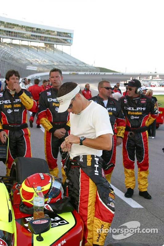 Scott Sharp se prépare pour la course