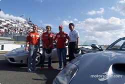 Michael Schumacher y Rubens Barrichello with the donors of ICM