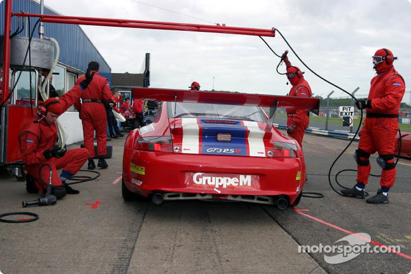 Pitstop for #88 Gruppe M Porsche 996 GT3 RSR: Tim Mullen, Jonathan Cocker