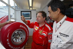 Jean Todt y Representantes de Bridgestone con el neumático Bridgestone Fórmula uno de edición limita