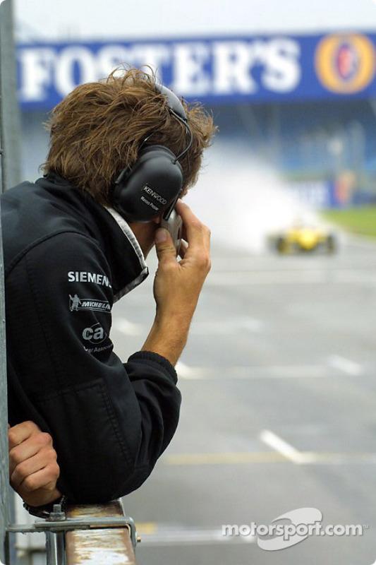 Un membre de l'équipe McLaren