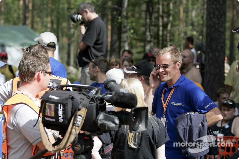 1996-1999四届WRC世界冠军托米·马基宁,在讲电话