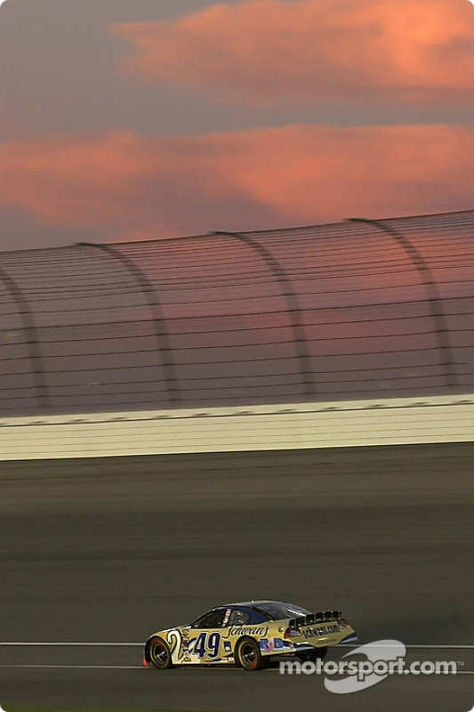 Ken Schrader roule dans la nuit californienne
