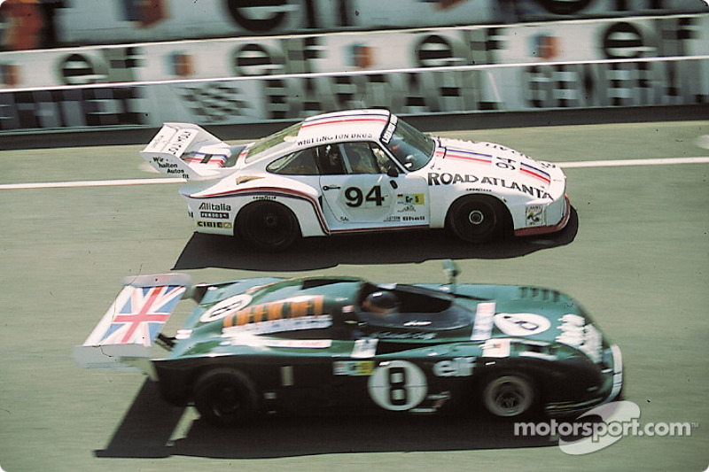 La Porsche 935/77 n°94 Whittington Brothers Racing : Don Whittington, Bill Whittington, Franz Konrad, la Lola n°8 De Cadenet au coucher de soleil : Chris Craft, Alain de Cadenet